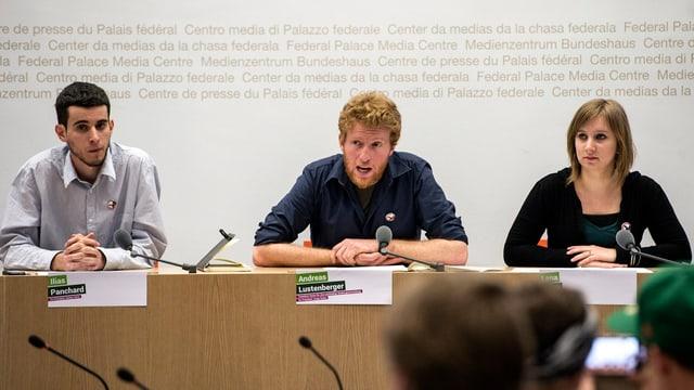 Andreas Lustenberger tritt an einer Medienkonferenz der Jungen Grünen auf.
