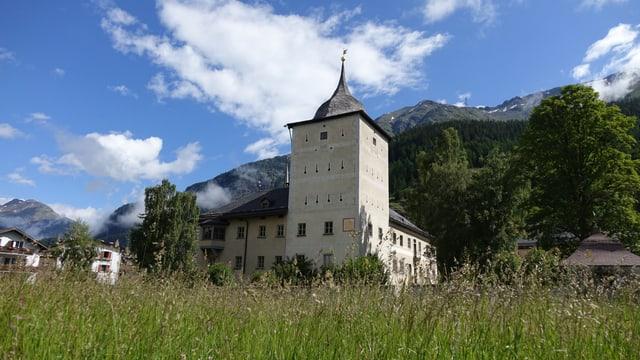 Blick auf das Schloss Wildenberg. Im Hintergrund Bergen und blauer Himmer.