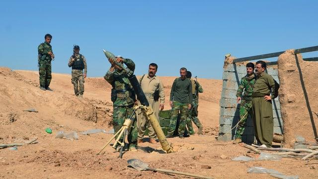 Kurdische Kämpfer bei der Vorbereitung einer Attacke gegen IS-Kämpfer
