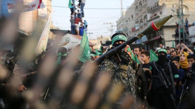 Schwer bewaffnete Hamas-Kämpfer bei Protesten im Gaza-Streifen