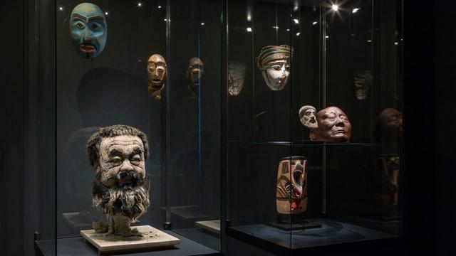 Vitrine mit Masken und einem dreidimensionalen Kopf des Künstlers Ai Weiwei.