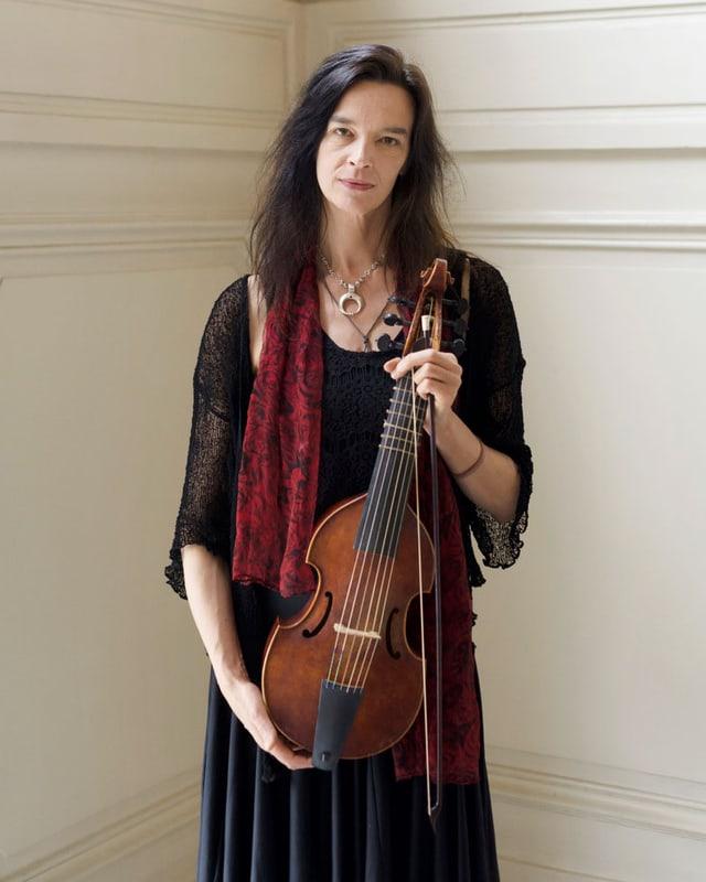 Hille Perl hält ihr Instrument.