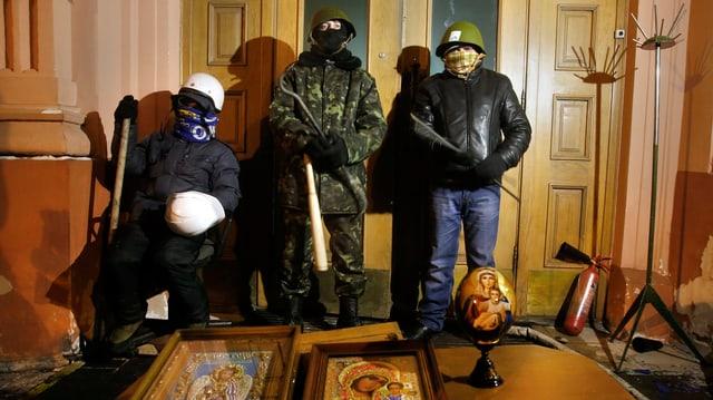 Oppositionelle posieren im ukrainischen Justizministerium für ein Foto.
