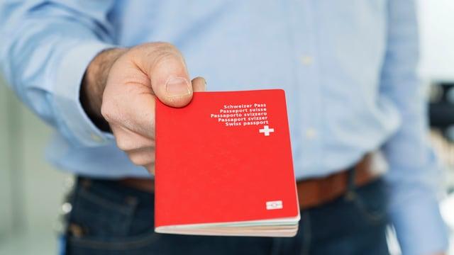 Mann mit Pass