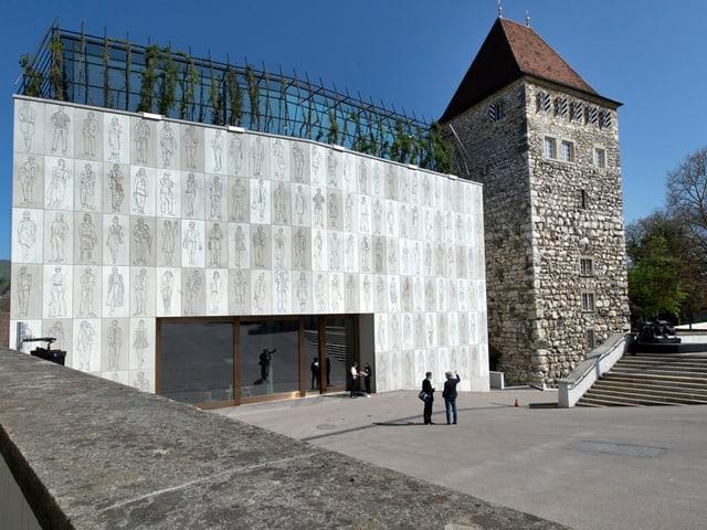 Stadtmuseum Aarau mit Neubau an einem sonnigen Tag.