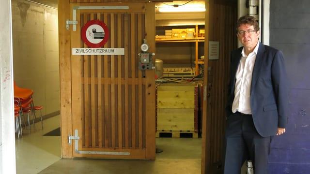 Der Politiker steht vor dem Eingang der Zivilschutzanlage.