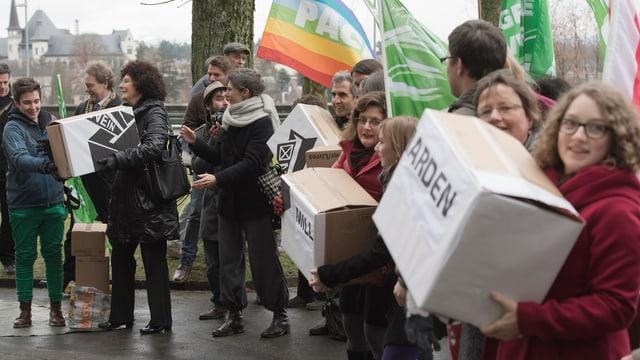 Gripen-Gegner reichen Unterschriften in Bern ein