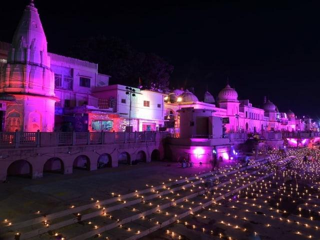In der Nacht vor der Grundsteinlegung des Tempels in Ayodhya (Bundesstaat Uttar Pradesh, Indien) erleuchteten hinduistische Gläubige den Platz.