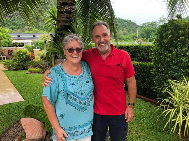 Monica und Walter Rotach im Garten