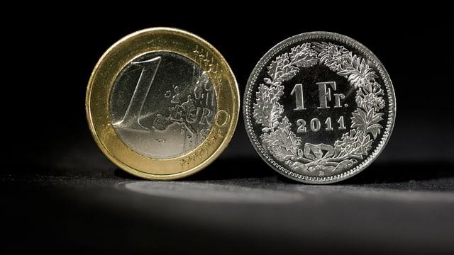 Jeweils eine Ein-Franken und eine Ein-Euro-Münze.