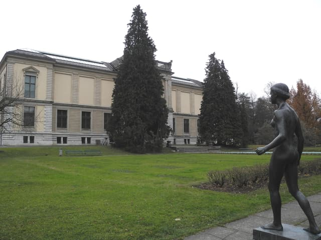 Weibliche Bronzenstatue vor dem Museum.
