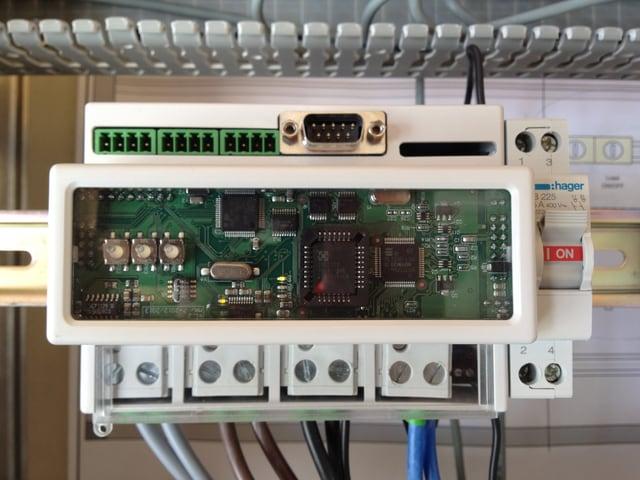 Das Foto zeigt einen Gridsense-Prototyp, der in einem Testgebäude installiert ist.