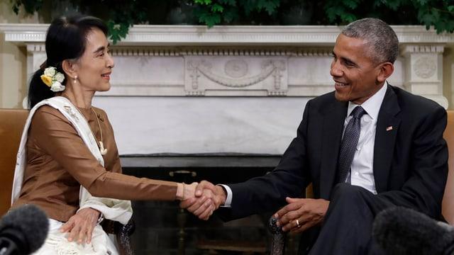 Aug San Suu Kyi cun Barack Obama tar ina visita en la Chasa alva l'onn 2014.