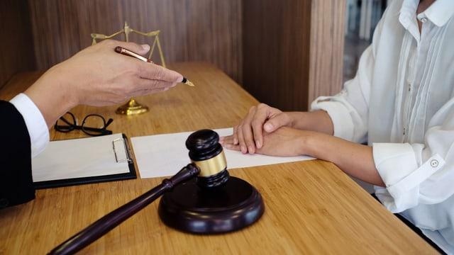 Anwalt im Gespräch mit einer Klientin.