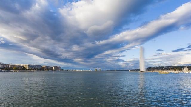 Symbolbild: Genfer Seebucht mit Jet d'Eau, darüber dunkle Wolken – aber auch blauer Himmel.