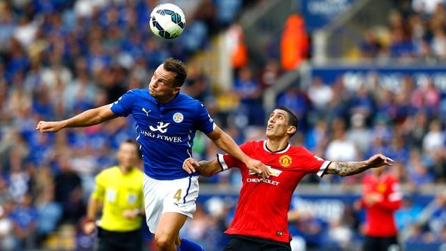 Angel Di Maria von Manchester United kommt im Kopfball-Duell mit Leicesters Danny Drinkwater zu spät.