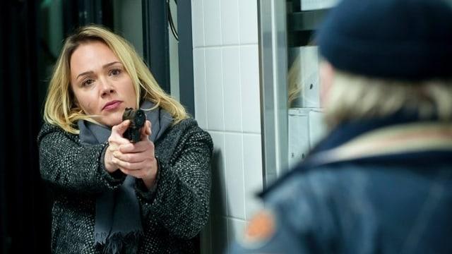 Symbolbild für Krimis: Aus «Tatort - König der Grosse». Kommissarin Henni Sieland hält Angreifer mit auf ihn gerichteter Pistole in Schach.