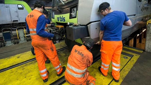 Mechaniker arbeiten in der BLS-Werkstatt Spiez.