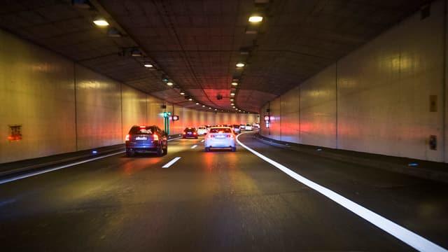 Das Bild zeigt einen Autobahntunnel.