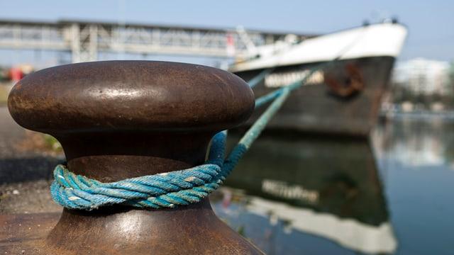 Schiff im Hafen Muttenz-Au