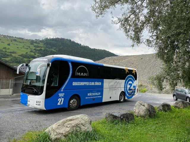 Il bus dalla equipa da Grasshoppers blau ed alv, las tipicas colurs da GC.