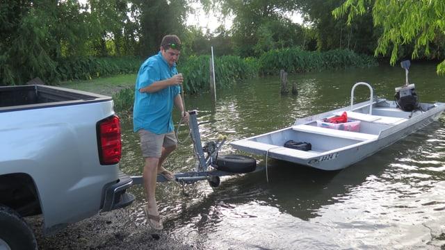 Lokalpolitiker und Umweltschützer Richie Blink steigt im Mississippi-Delta aus einem Boot.