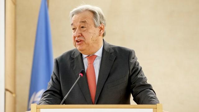 António Guterres vor einem Rednerpult.