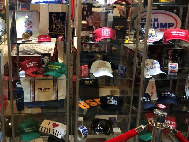 Caps, T-Shirts und andere Fanartikel in einer Verkaufsvitrine