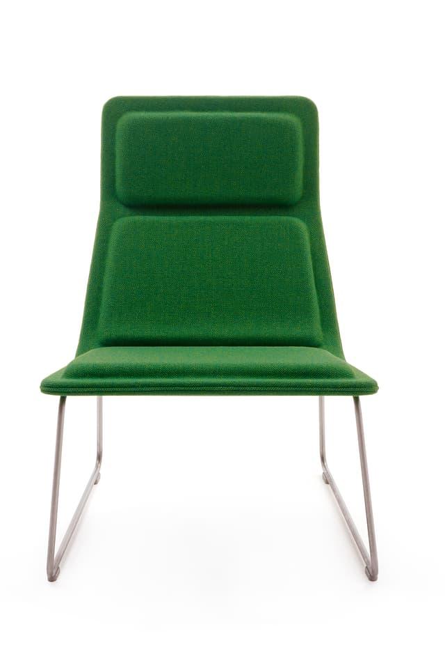 Eleganter Sessel mit gepolsterter Sitzfläche und Beinen aus Edelstahl.