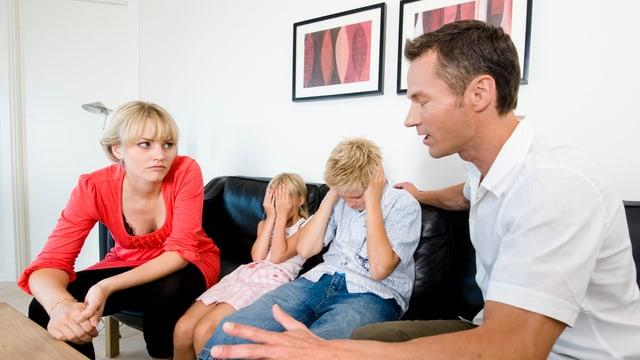 Eltern streiten vor ihren Kindern (Symbolbild)