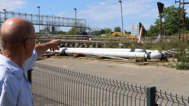 Der Bürgermeister zeigt auf die beschädigten Gleise.