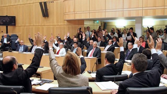 Die zypriotischen Parlamentarier stimmen an einer Sitzung im Juni 2011 per Handzeichen ab. (keystone)