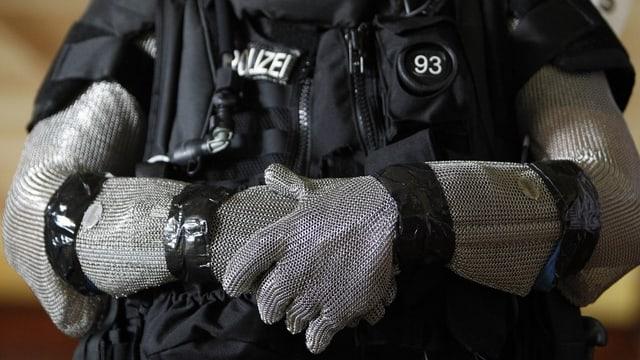 Ein Polizist der Sondereinheit Luchs in seiner Spezialmontur.