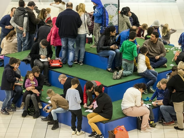 Kinder und Erwachsene an einer Panini-Tauschbörse.