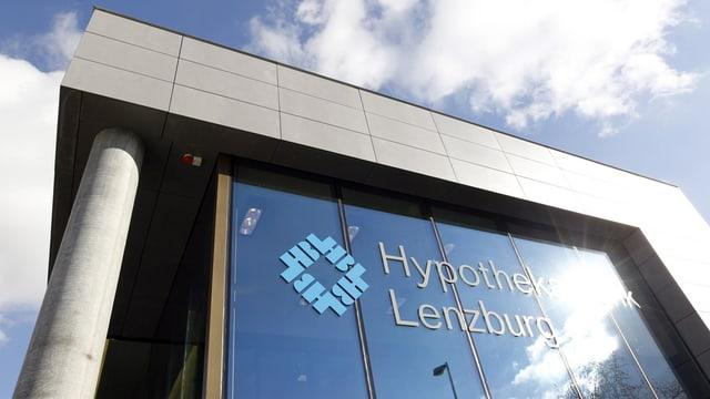 Blick auf den Hauptsitz der Hypi Lenzburg mit Firmenlogo auf Glasfassade.