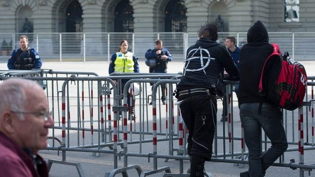 Absperrgitter und Polizisten.