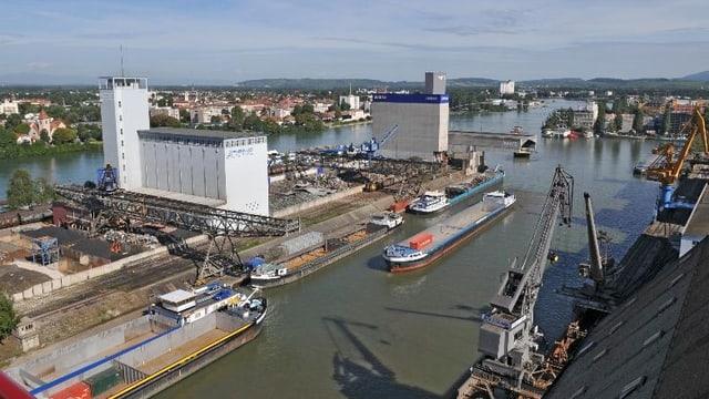 Das Hafengelände, im Vordergrund ein langer Kahn