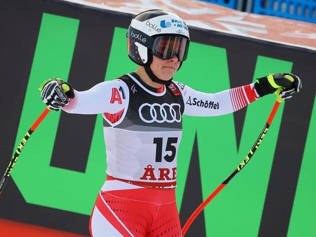 Nicole Schmidhofer zuckt im Ziel mit den Schultern.