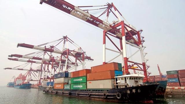 Bastiment da rauba en in port chinais.