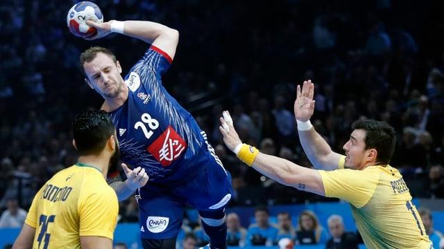 Der Franzose Valentin Porte wirft den Ball.