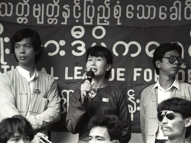 Aung San Suu Kyi hält im Juli 1989 eine Rede.