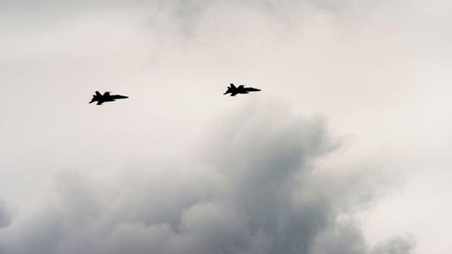 Zwei Kampfflugzeuge in der Luft.