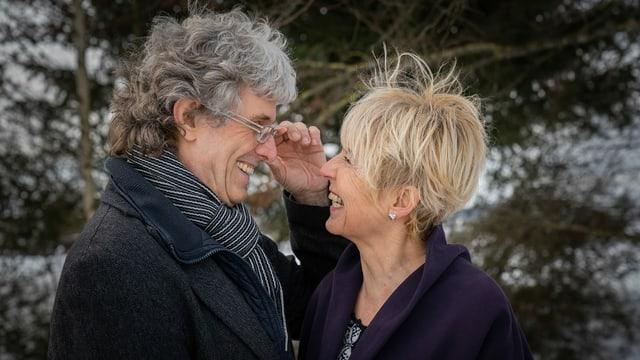 ein älteres Paar schaut sich in die Augen und lächelt sich an