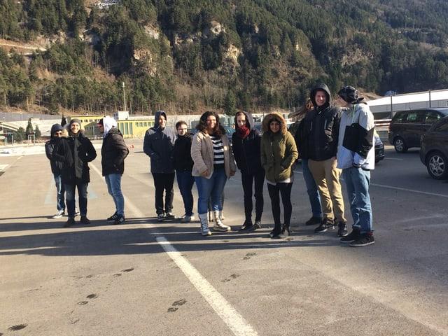 Gruppe von jungen Leuten, die auf einer Übungspiste des VAZ stehen.