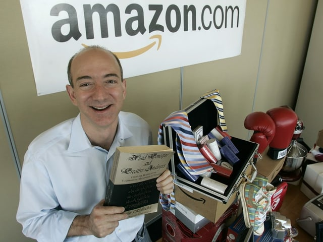 Bezos hält ein Buch.