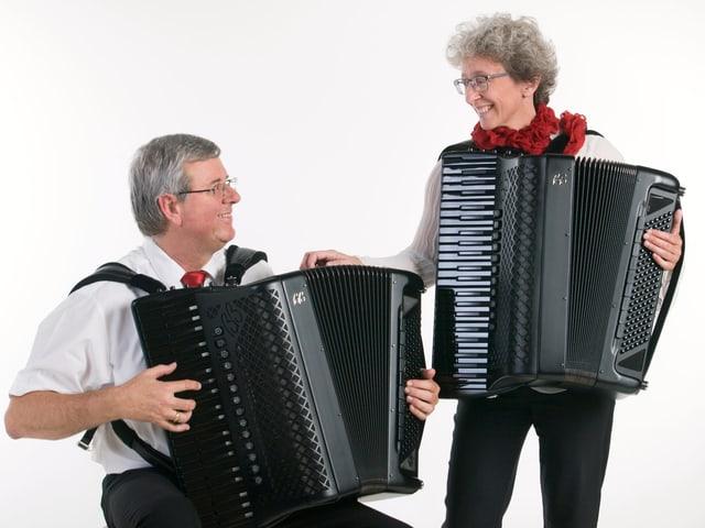 Frau und Mann spielen Piano-Akkordeon.