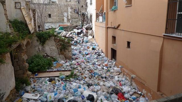 Video «Das Fenster zum Abfallberg – Palermo und sein Müllproblem» abspielen