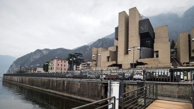 Ein massives Bauwerk aus Backstein, vor der Fassade steht «Casion Municiplae».