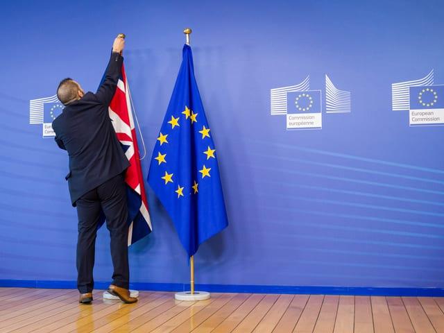 Die britische Flagge wird neben der europäischen montiert (EU-Kommission Brüssel, 16.2.14)
