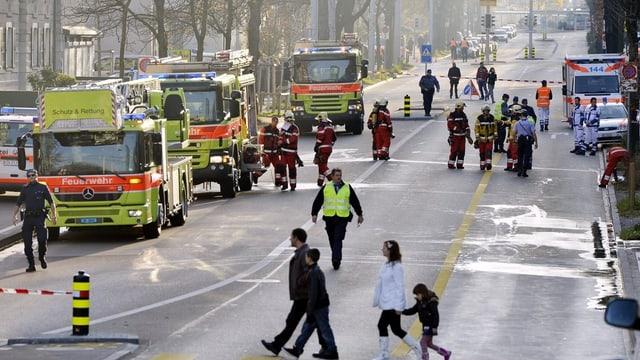 Feuerwehrautos und Feuerwehrleute an der Hardstrasse im November 2012.